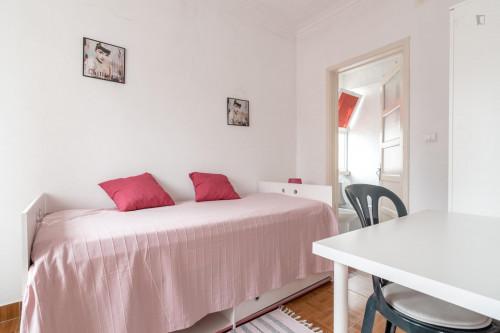 Welcoming single ensuite bedroom in trendy Campolide  - Gallery -  2