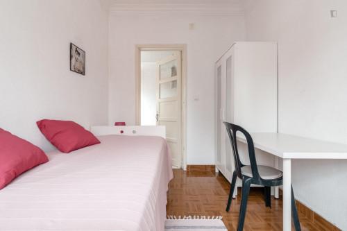 Welcoming single ensuite bedroom in trendy Campolide  - Gallery -  3