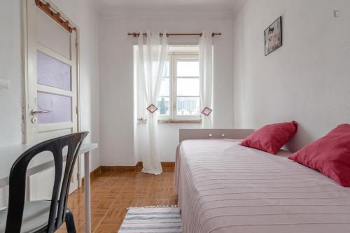 Welcoming single ensuite bedroom in trendy Campolide  - Gallery -  1