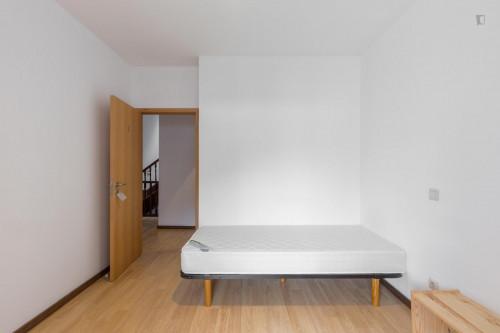 Tasteful single bedroom in well-linked Bonfim  - Gallery -  1
