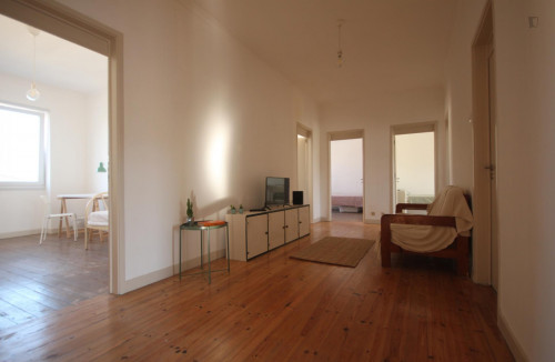 Wide single bedroom, with balcony, in 7-bedroom apartment  - Gallery -  3