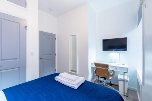 Trendy Double Bedroom in 2-Bedroom Apartment near Subway  - Gallery -  2