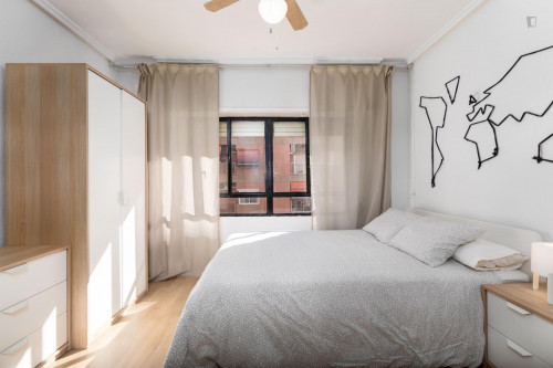 Sunny bedroom with double bed in a residential neighborhood  - Gallery -  2
