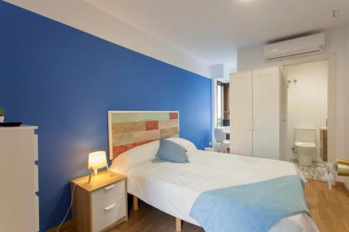 Wonderful double ensuite bedroom in a 5-bedroom apartment near Aragón metro station  - Gallery -  1