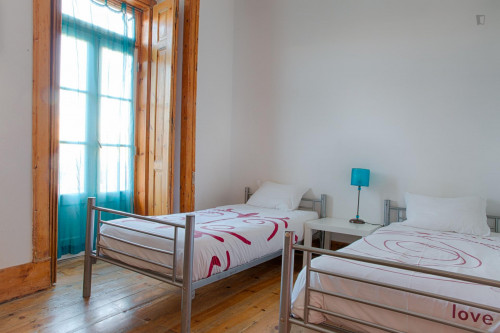 Twin bedroom with direct access to a terrace  - Gallery -  3