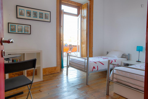 Twin bedroom with direct access to a terrace  - Gallery -  1