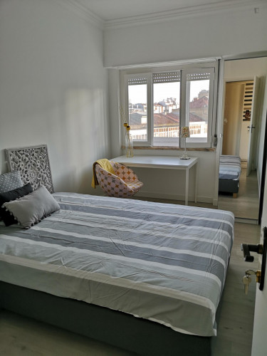 Stylish and contemporary double bedroom, in a recently refurbished apartment  - Gallery -  3