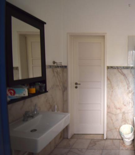 Welcoming ensuite bedroom in Alameda own bathroom - Own big bathroom Top View  - Gallery -  9