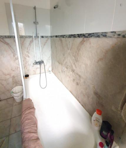 Welcoming ensuite bedroom in Alameda own bathroom - Own big bathroom Top View  - Gallery -  8