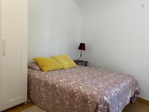 Double bedroom in a 4-bedroom house in Évora