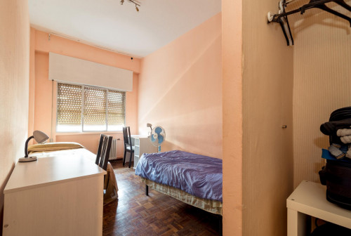 Twin bedroom in a spacious 4-bedroom flat in typical Vallehermoso  - Gallery -  3