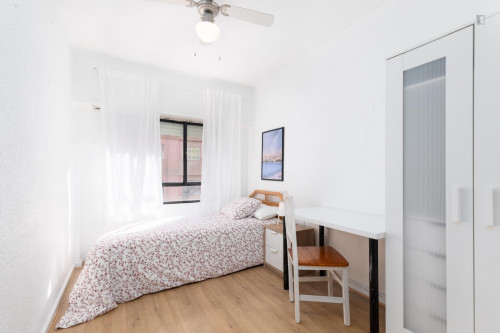 Sunny bedroom with single bed in a residential neighborhood  - Gallery -  1