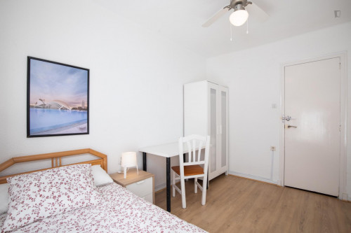 Sunny bedroom with single bed in a residential neighborhood  - Gallery -  3