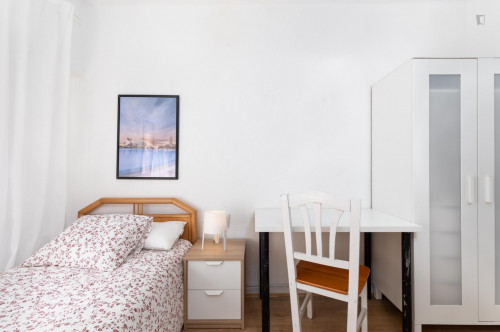 Sunny bedroom with single bed in a residential neighborhood  - Gallery -  2