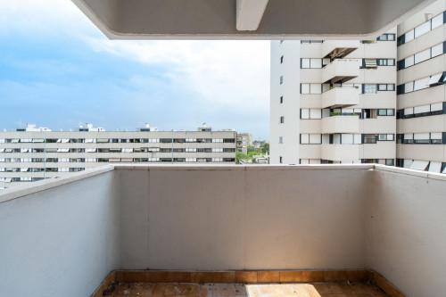 Wide single bedroom with a balcony, next to the Riserva Naturale del Laurentino Acqua Acetosa  - Gallery -  3