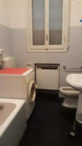 Twin bedroom in a 3-bedroom apartment near porta san Felice. Quinto piano con as  - Gallery -  3
