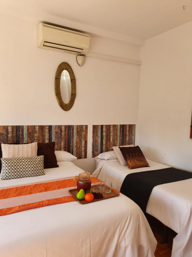 Twin bedroom in a 4-bedroom apartment near Plaça d'Espanya  - Gallery -  1