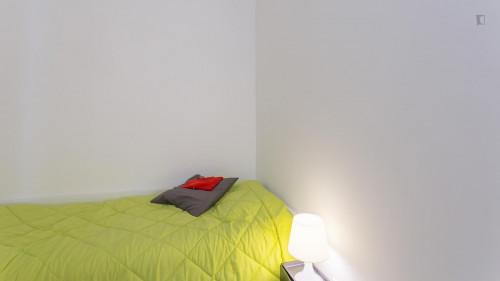Tasteful single bedroom in a student Residence, near Universidade Lusíada  - Gallery -  3