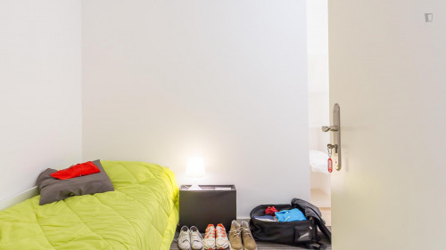 Tasteful single bedroom in a student Residence, near Universidade Lusíada  - Gallery -  2
