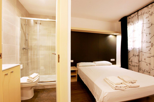 Well-located double ensuite bedroom in El Raval  - Gallery -  2