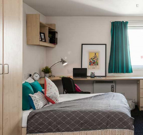 Lovely double ensuite bedroom in a 4-bedroom apartment ...