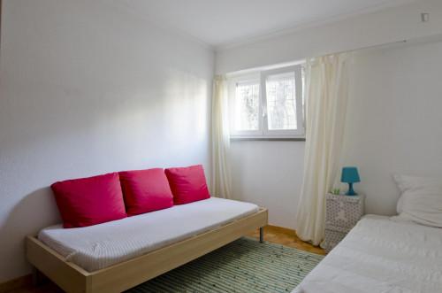 Twin bedroom in a pleasant 3-bedroom flat in Telheiras  - Gallery -  1