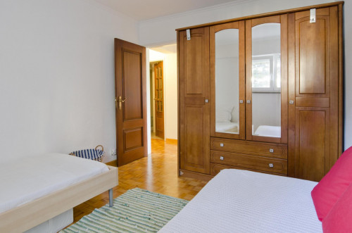 Twin bedroom in a pleasant 3-bedroom flat in Telheiras  - Gallery -  2