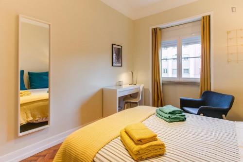 Wonderful spacious Double bedroom at charming Avenida de Roma location  - Gallery -  2