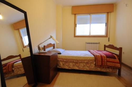 Single bedroom in a 3-bedroom apartment in Monte dos Burgos